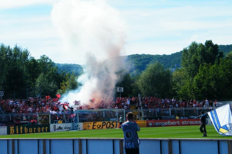 """Der Hintermann ruft: """"Raus mit denen. Die kämpfen mit Chemie. Die zünden Aspirin an!"""" Wohlgemerkt: Es spielte der TSV Bayer 04 Leverkusen."""