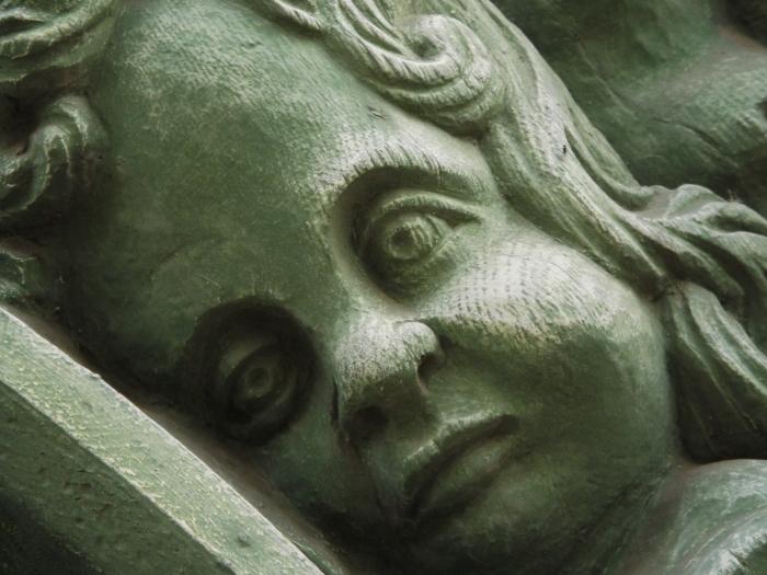 Grün gezogen ins Gesicht.