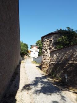 Stadtmauer, entlang eines Parkplatzes.